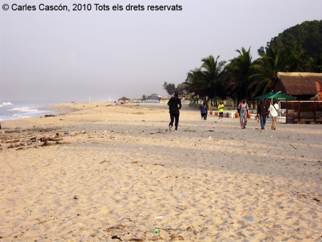 Pocs turistes es veuen a la côte sauvauge. Només alguns africans fent footing o venent alguna cosa