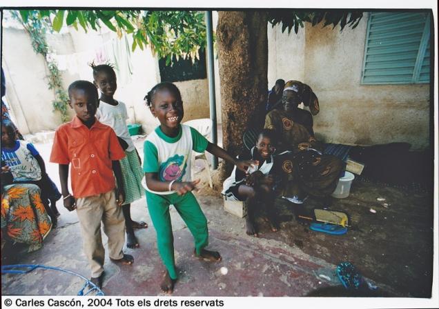 Niños bailando los ritmos de moda en un patio de Mbour