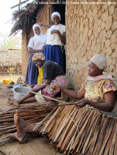 Preparando el makuti para el tejado, Funzi