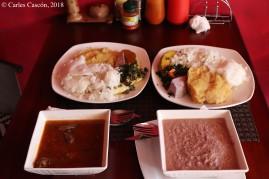 Comida ugandesa en el Peter's de Entebbe