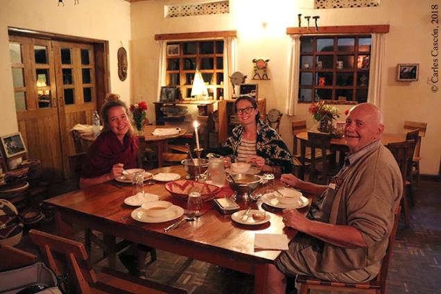 Cena en el Rwenzori View Guesthouse con Maurice