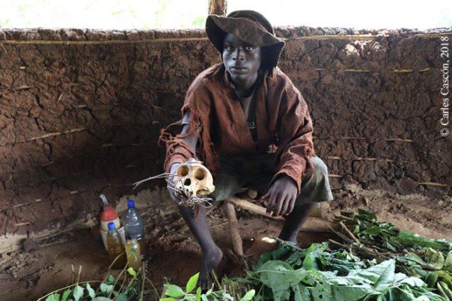 Curandero (traditional healer) con el cráneo de chimpancé