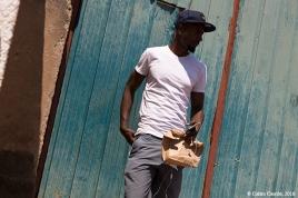 Con bolsa de papel, una imagen poco habitual en África hasta hace poco