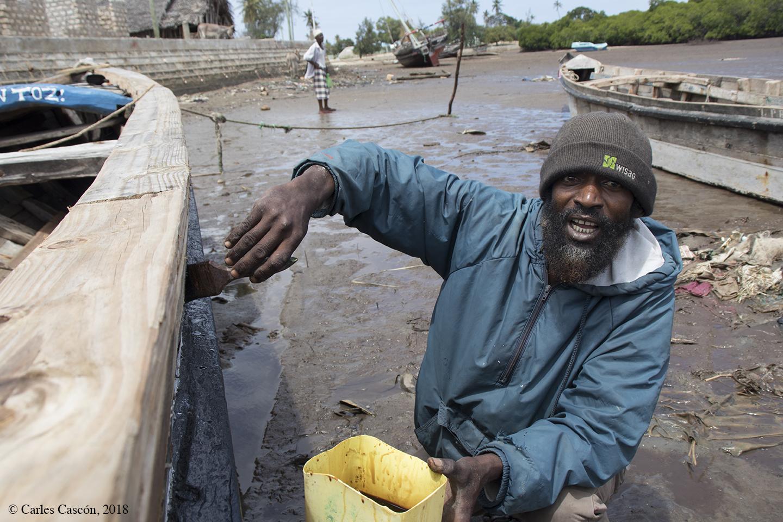 Barnizando en dhow con aceite de tiburón, en Matondoni